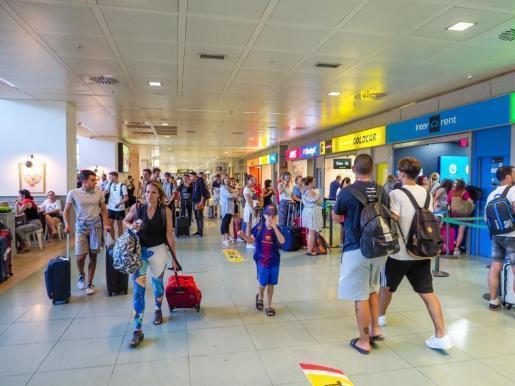 Imagen de archivo de pasajeros en el aeropuerto de Ibiza