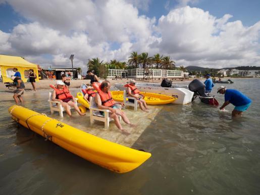 Los usuarios disfrutaron delrecorrido por la Bahía de Talamanca en una balsa remolcada y también pudieron bañarse.