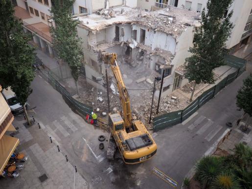 Vista aérea de las obras de demolición del antiguo edificio de la Policía Local.