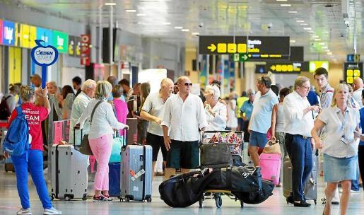 Tránsito de pasajeros en el aeropuerto de Ibiza.