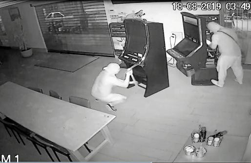 Las cámaras de seguridad del bar El Cruce de Sant Rafel registraron el robo.