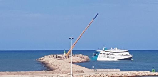 La grúa que se empleó para descargar los coches del ferry.