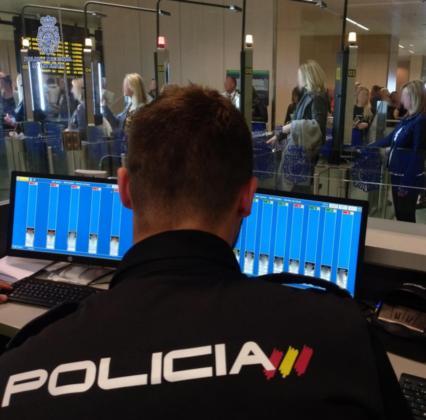 Puesto de la Policía Nacional en el aeropuerto de Ibiza.