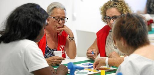 Los juegos de mesa son algunas de las actividades que se ofrecen a los enfermos, además de proyectar películas u organizar talleres.