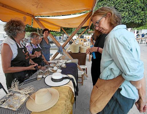 Las Festes de la Colla de l'Horta llenaron la plaza de Jesús de esencia ibicenca.