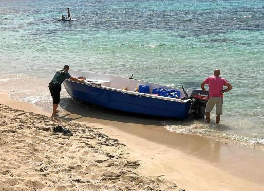 La mayor oleada de pateras en las Pitiusas. En la primera semana de este mes de agosto, diferentes puntos de la costa de Ibiza y Formentera recibieron la llegada de cinco embarcaciones procedentes de Argelia con al menos 63 inmigrantes, que fueron trasladados a la Península y los menores a Palma.