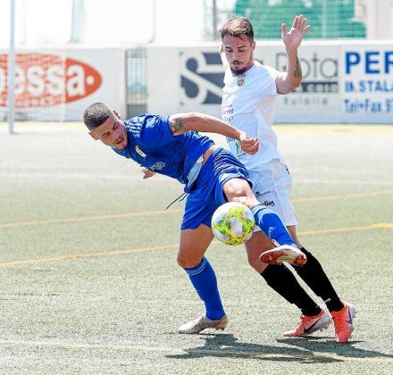 Cristian Cruz acosa a uno de los de los atacantes del Real Oviedo B.