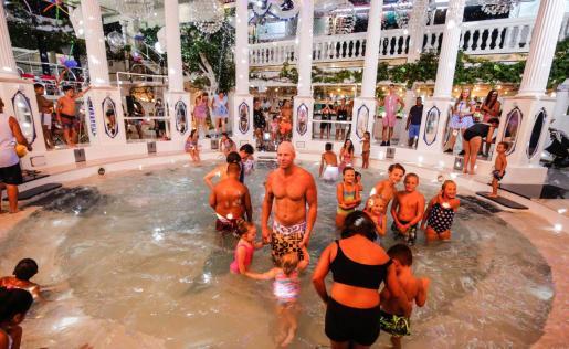 Los asistentes que contribuyeron a la causa gozaron de un espectáculo por todo lo alto en las instalaciones de la discoteca Es Paradís.