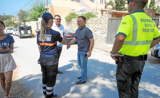 El alcalde de Sant Josep, Josep Marí Ribas, y el teniente de alcalde Ángel Luis Guerrero, ayer, en la zona.