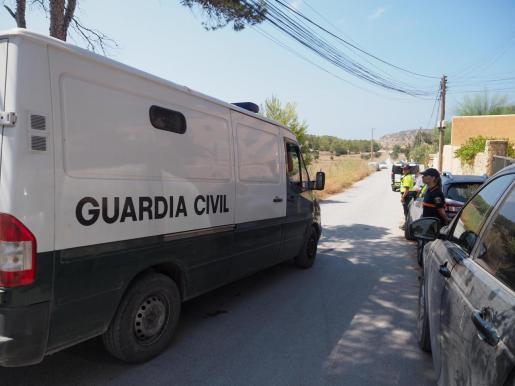 La Guardia Civil y las Policías Locales de Sant Josep, Sant Antoni y Santa Eulària desmantelaron ayer por la mañana una fiesta ilegal al aire libre en la zona protegida cercana a sa Torre d'en Rovira, cerca de Platges de Comte.