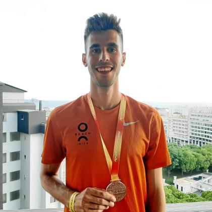 Marc Tur posa con su medalla de bronce de los 10.000 metros marcha del Campeonato de España de Verano, ayer en La Nucía (Alicante).