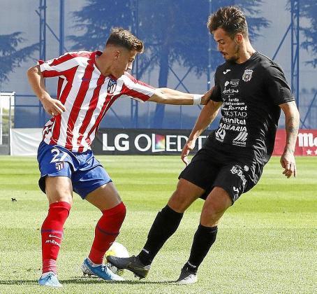 Cristian Cruz presiona a un jugador colchonero.