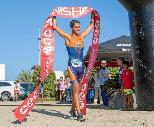 Aritz Rodríguez festeja su victoria de ayer en Platja d'en Bossa nada más completar el recorrido.