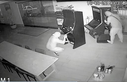 ARCHIVO | Las cámaras de seguridad del bar El Cruce de Sant Rafel registraron el robo en el establecimiento este verano.