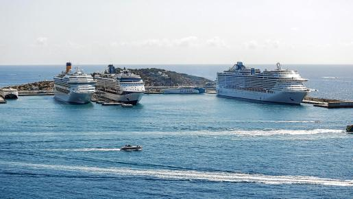 Los tres buques compartieron amarre con los ferrys que cubren las rutas a Mallorca, Menorca y algunos puntos de la Península.