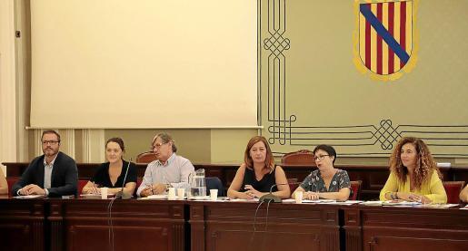 De izquierda a derecha: Hila, Carbonero, Thomàs, Armengol, Cano y Costa, ayer en el Parlament.