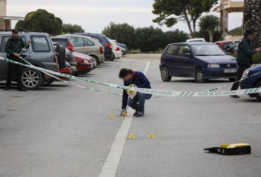 Un agente de la Guardia Civil marca varios puntos en el escenario donde una joven apuñala mortalmente a un hombre tras una discusión en Sant Josep.