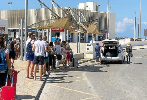 Un taxista, ayer, cargando un viaje de turistas en el puerto de la Savina.