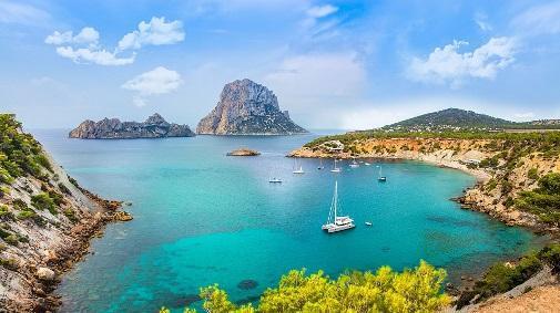 Ibiza se consolida como destino turístico deportivo. https://pixabay.com/es/photos/costa-rock-mar-bah%C3%ADa-ibiza-3949782/