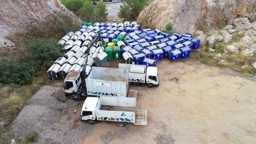 Sant Antoni retira los contenedores de basura acumulados en Can Coix.
