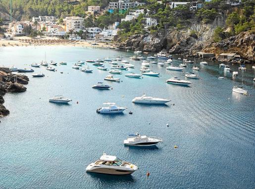 Numerosas embarcaciones emplean habitualmente las aguas de Cala Vedella como puerto deportivo.