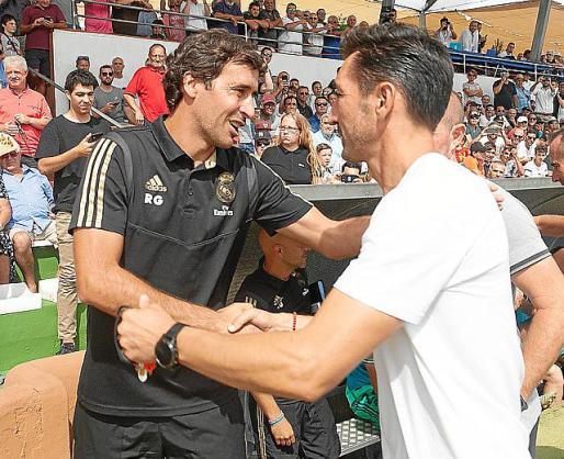 Raúl González y Raúl Casañ se saludan.