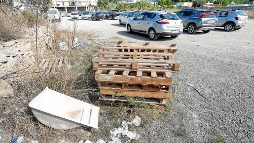 La presencia de basura se acumula en la mitad de la calle, de la avenida Sant Agustí hacia la playa.