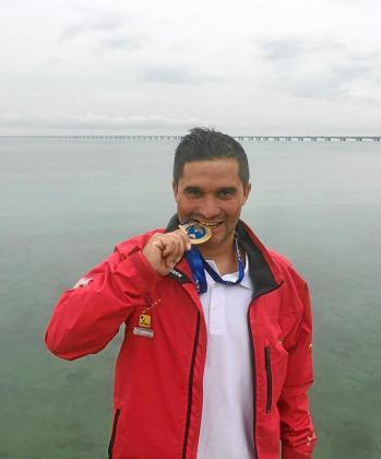 Óscar Cervantes posa en Dinamarca dándole un mordisco a su medalla de oro.