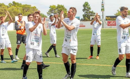 Los jugadores de la Peña aplauden a la afición tras el triunfo conseguido ante el Real Madrid Castilla.
