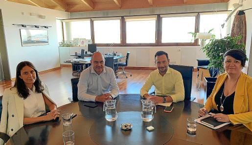 La reunión entre los miembros de ambas instituciones se celebró en el despacho del alcalde de Vila.