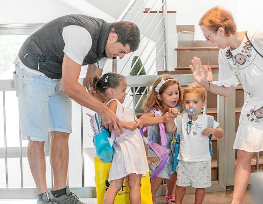 De izquierda a derecha, Adriana de 3 años, Carlota, de 6 en el centro, y el benjamín de la casa, Lluc, de tan solo un año y medio.