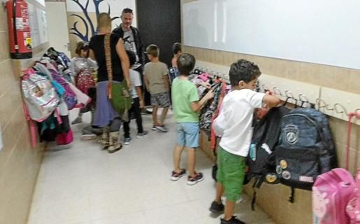 Alumnos del CEIP Sant Carles en el comienzo del primer día escolar.