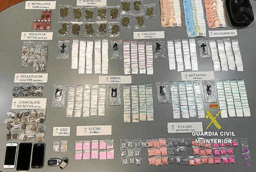 Remesa de sustancias estupefacientes interceptada por la Guardia Civil en el 'taxi pirata'.