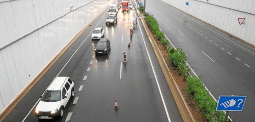 Cortes y retenciones. Coger el coche ayer por la mañana fue un ejercicio de paciencia y precaución en muchos puntos de la isla debido a las intensas lluvias.