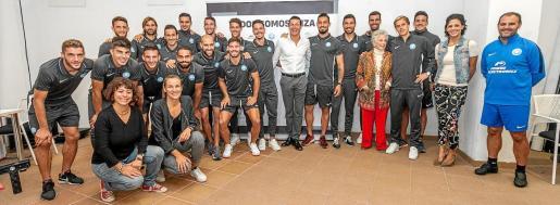 Foto de familia realizada al término de la rueda de prensa del acuerdo alcanzado entre la UD Ibiza y la Ibiza Preservation Foundation, ayer en el estadio de Can Misses.