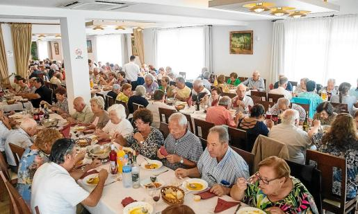 Los mayores de Sant Agustí disfrutaron de una comida homenaje cuyo menú estuvo compuesto por 'sofrit pagès' y 'arròs marinera'.
