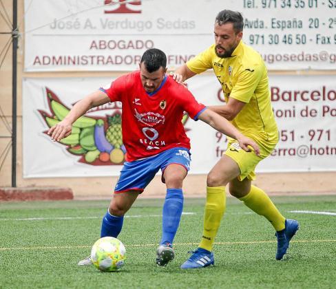 Adrián Ramos protege el balón ante un jugador del Ferriolense