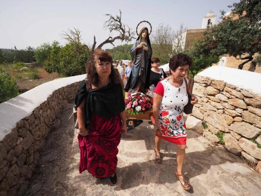 Los mayores de Sant Mateu celebraron ayer una misa y procesión seguida de una comida de hermandad.