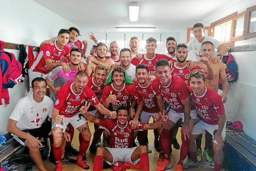 Los integrantes del CD Ibiza celebran la victoria al término del partido.