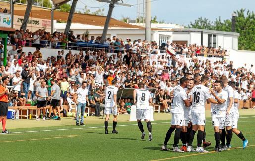 Los peñistas celebran uno de los goles anotados contra el Real Madrid Castilla.
