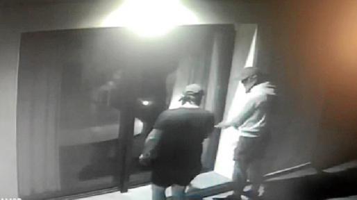 Las cámaras de seguridad de una vivienda de Sant Josep captaron el robo perpetrado por dos encapuchados.