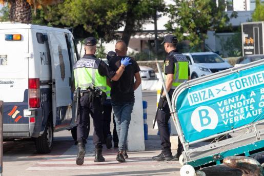Imagen de la llegada de los inmigrantes al Puerto de Ibiza