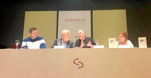El acto del martes por la noche en Málaga. De izquierda a derecha, el poeta ibicenco Ben Clark, el poeta, escritor y periodista malagueño José Infante, Julio Herranz, e Inés María Guzmán, vocal de poesía del Ateneo de Málaga.