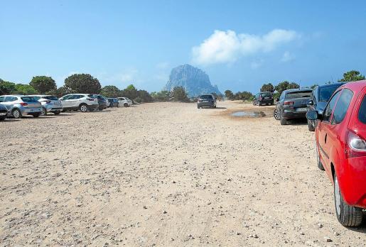 Vehículos aparcados junto al mirador que hay cerca de la Torre des Savinar frente a Es Vedrà.