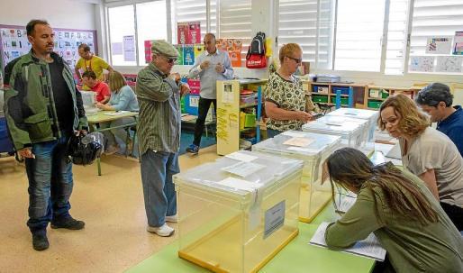 Votaciones en el colegio electoral de Can Cantó en las pasadas elecciones de mayo en Ibiza.