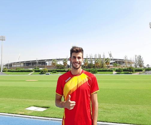El atleta pitiuso posa frente al Estadio de los Juegos Mediterráneos, en Almería.
