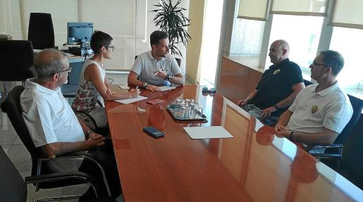 La Asociación de taxistas Élite Corsaris se reunió ayer con los responsables de instrusismo en el Consell d'Eivissa.