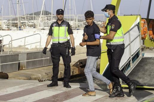Las pruebas radiológicas confirmaron la presencia de cinco menores entre los 52 inmigrantes interceptados durante la jornada del miércoles en las Pitiusas.
