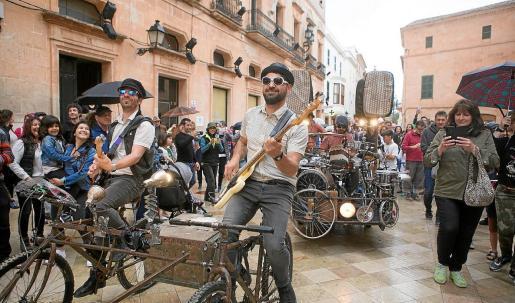 La Dinamo Funky Band Bike poniendo ritmo a las calles de Ciutadella durante la pasada edición del Menorca JazzFestival.