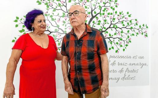 Isabel y Carlos en la sede de la Asociación de Familiares de Enfermos de Alzheimer